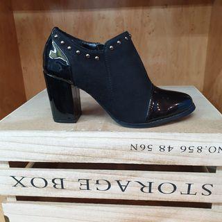 Zapato de tacón tipo botín