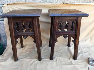 Dos antiguos taburetes o mesitas de noche