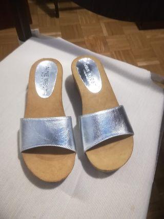 Alpargatas, zapatillas de piel plateadas talla 36