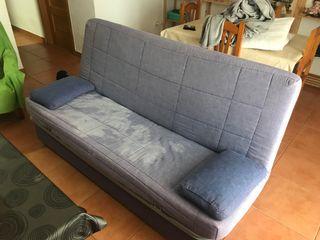 Sofá cama de tres plazas con dos años