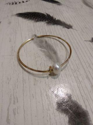 Pulsera dorada y perla