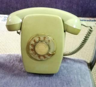 Antiguo teléfono de pared funcionando