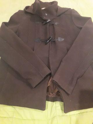 Chaqueta marrón con capucha