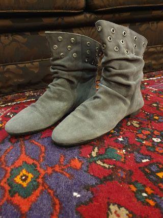 Botines grises de piel tachas