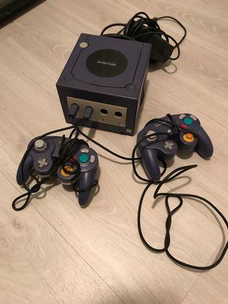 Consola Gamecube con dos mandos y Mario Kart