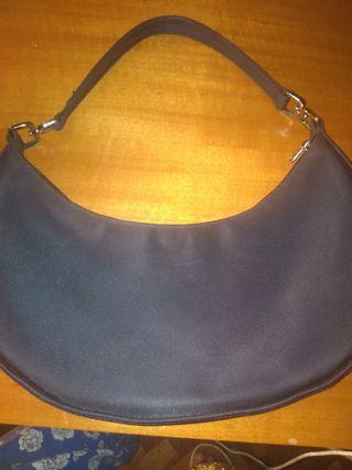 bolso negro con forma ovalada marca MNG