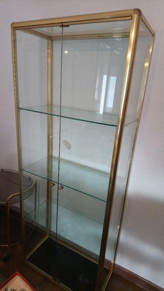 vitrina de cristal con 4 estanterias
