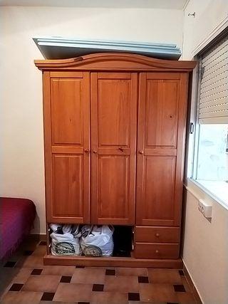 armario de pino de tres cuerpos