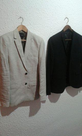 americana gris y chaqueta negra