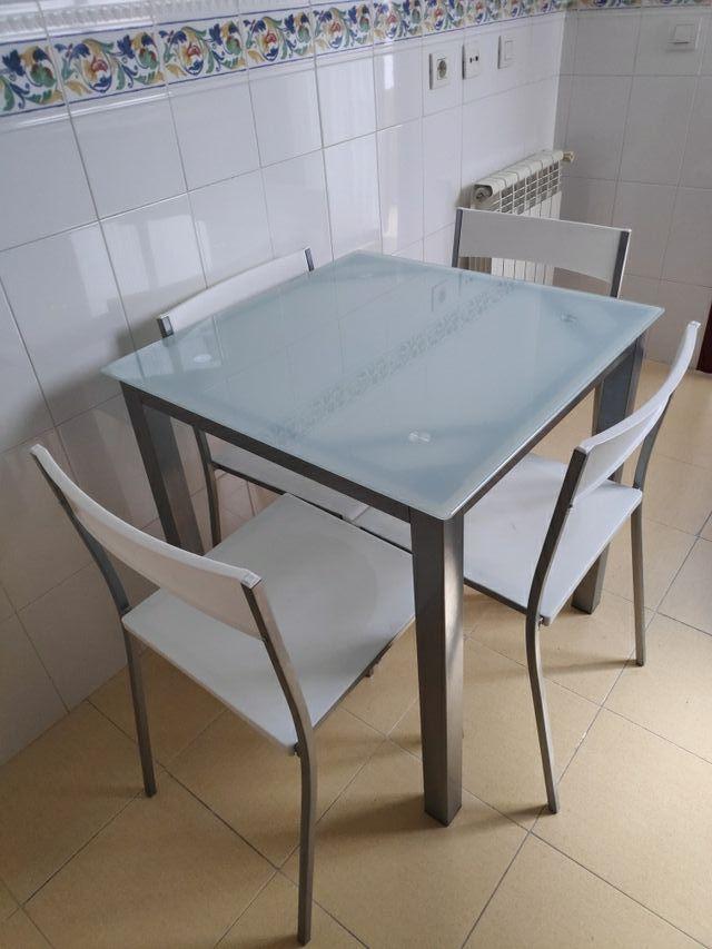 .mesa de cocina con sillas .