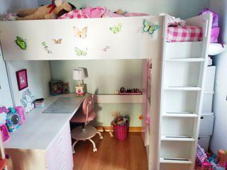 Cama alta, escritorio, silla, armario, rosa claro