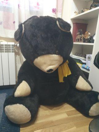 oso sentado mide de alto un metro y ancho un metro