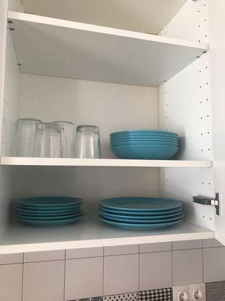 Platos, vasos, cubiertos, cuchillos, y olla