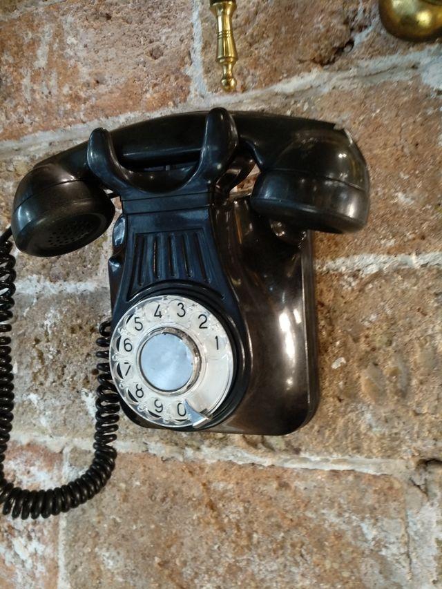 Antiguo teléfono de baquelita de pared. funciona