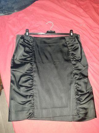 Falda tubo lápiz de raso plisada