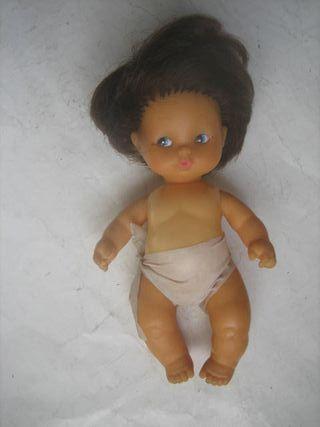 muñeca Toyse morena pequeña con pañal blanco