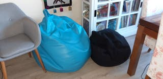 Dos PUFF Azul forma de PERA y negro.