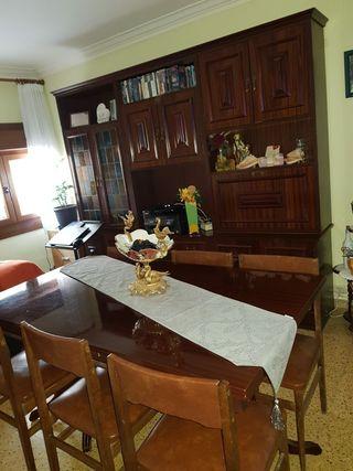 mueble de comedor, con mesa y seis sillas.