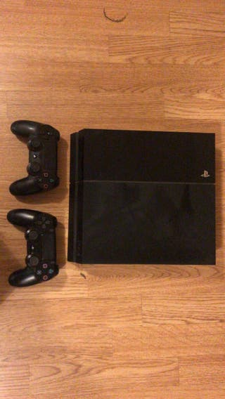 PlayStation 4 500GB plus 2 controllers