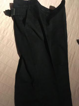 Pantalón tipo chino.