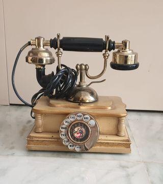Teléfono antiguo de madera decorada