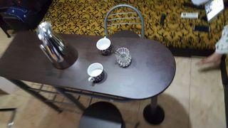 mesa de cocina con 2 taburetes
