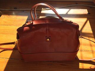 Bolso-maletín marrón de piel. Buen estado.
