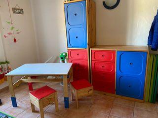 Armario con mesa i taburetes