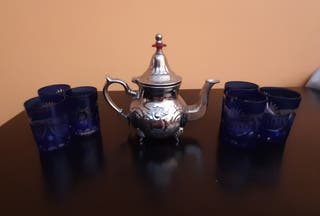 tetera de té moruno y sus vasos