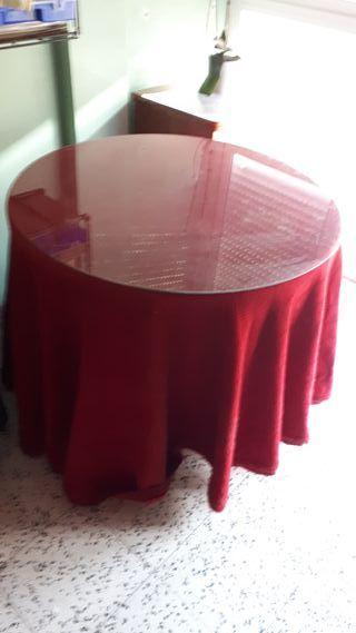 Mesa con cristal y falda camilla.