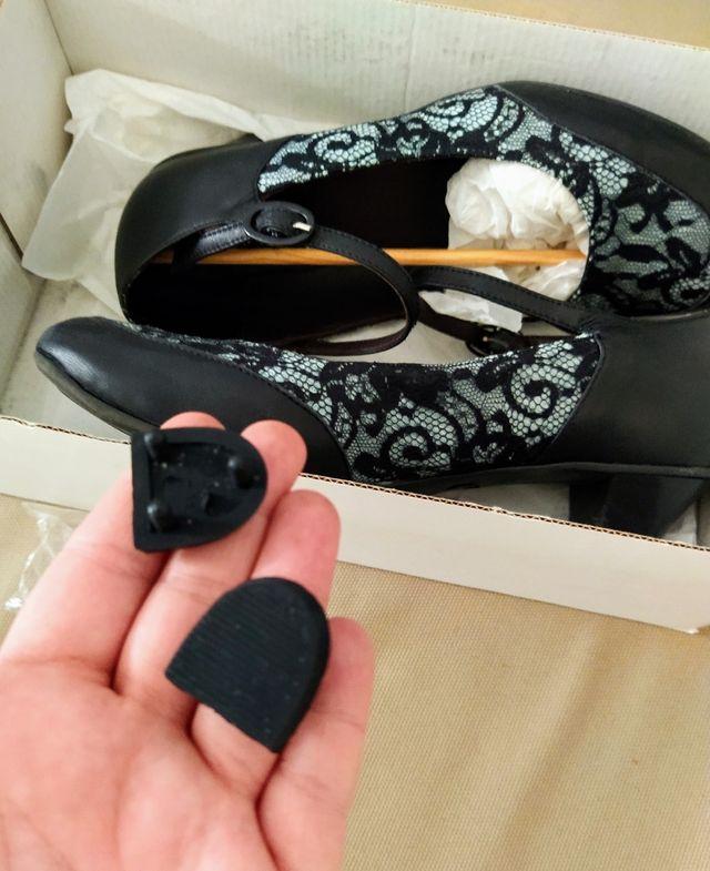 Zapatos tacón bajo negro y azul claro