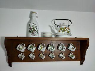 Juego tetera, botella y vasos con soporte pared
