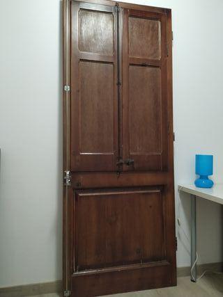 Color Nogal. con 2 puertas inferiores y dos puertas superiores cristaleras 2 estantes interiores en la vidriera y 1 estante en la parte inferior Vitrina R/ústica fabricada en madera maciza