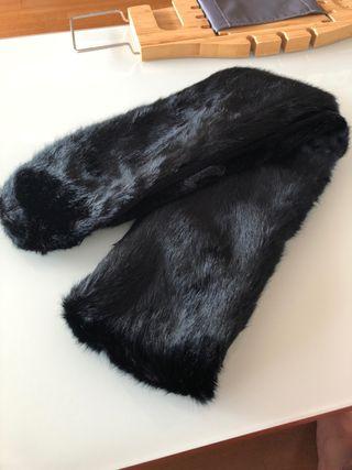 Bufanda de imitación piel negra.