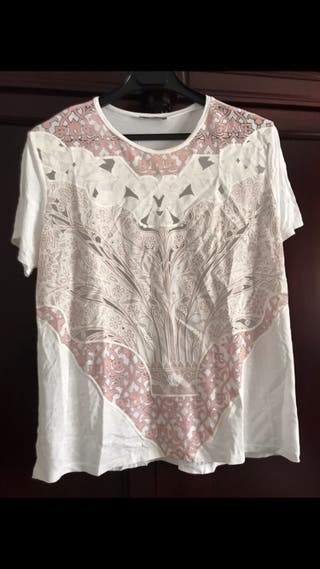 Camiseta blanca con adornos frontales Zara