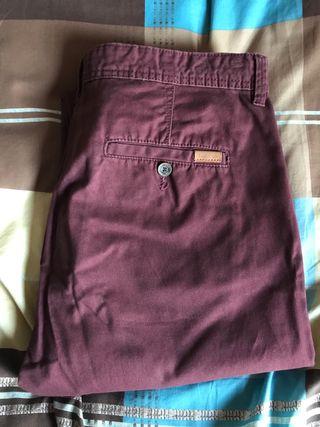 Pantalón chinos de color burdeos