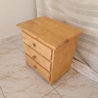 Mesilla con 3 cajones en madera maciza de pino.