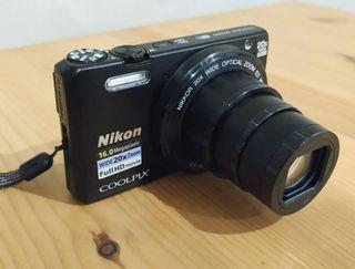 Cámara de fotos Nikon Coolpix S7000 con Wi-Fi.