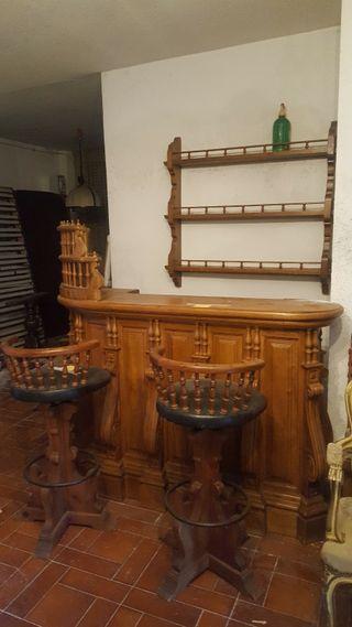 Barra de bar, taburetes y estantería