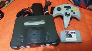 Nintendo 64 con juego.