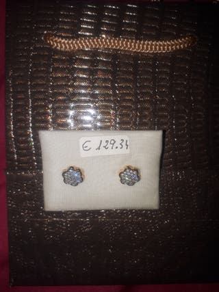 Pendientes de plata nuevo en su bolsa