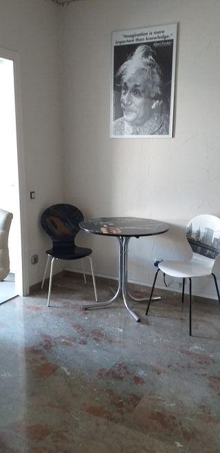 mesa redonda y 2 sillas