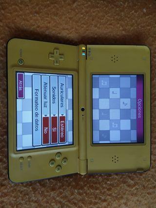 nintendo DS XL amarilla con cargador y 64 juegos