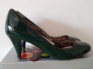 Zapatos verde oscuro con tacón bajo