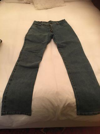 Pantalón vaquero azul pata ancha con elastan