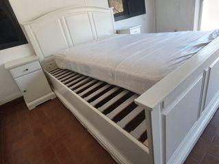 cama doble con mesitas