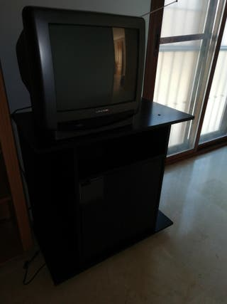 Televisor de tubo con mueble negro