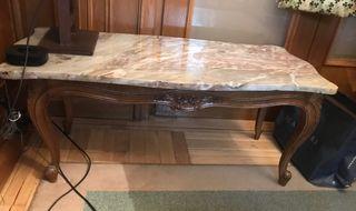 Mesa antigua de madera con tapa de mármol