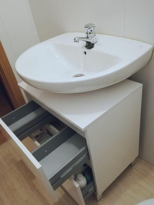 Moderno mueble bajo lavabo