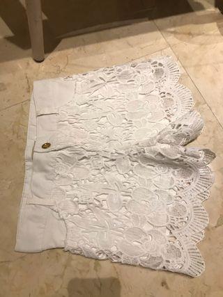 Pantalón corto blanco elegante